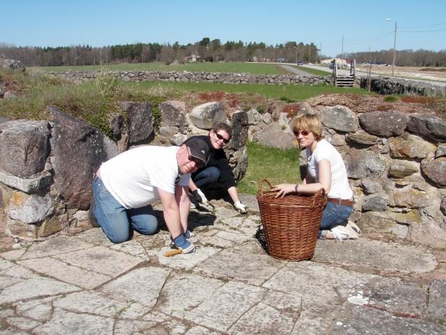 Peter, Ulrika och Helen rensar i koret
