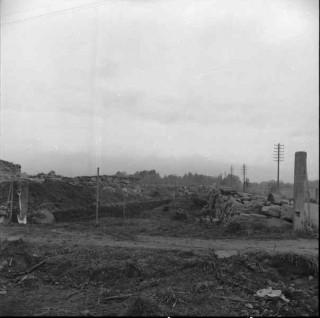 33, k. G Petersson-1953. Området öster om kyrkoruinen från sys-sys-öst. Till höder nuvarande stenmur, till vänster schaktet för nya stenmuren