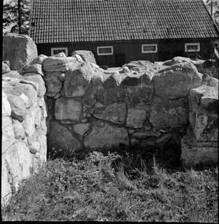 43, koret, norra väggens utsida, mot norr