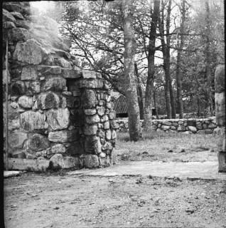 73, västra huvudingången, södra dörrposten